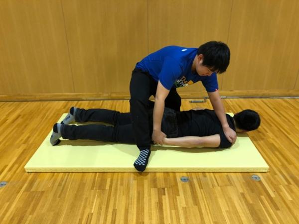 上腕二頭筋のパートナーストレッチ方法1